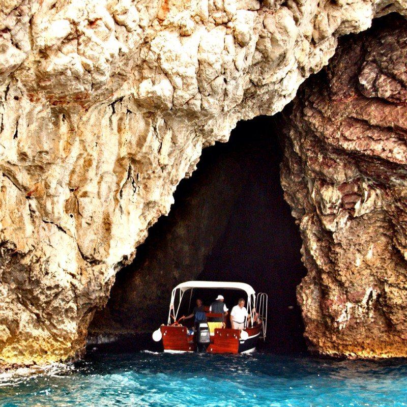 Passeio de barco pela Grotta Azzurra na Itália