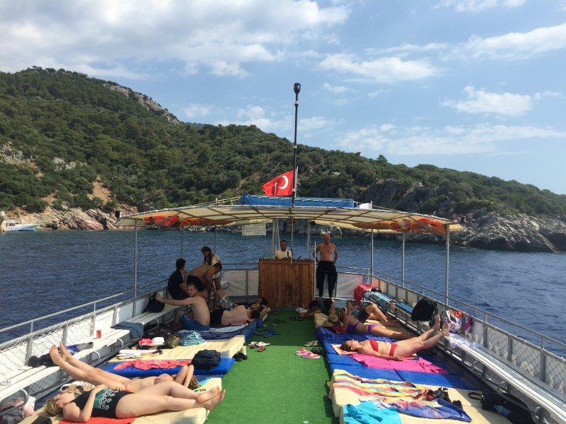 curtir um sol no barco