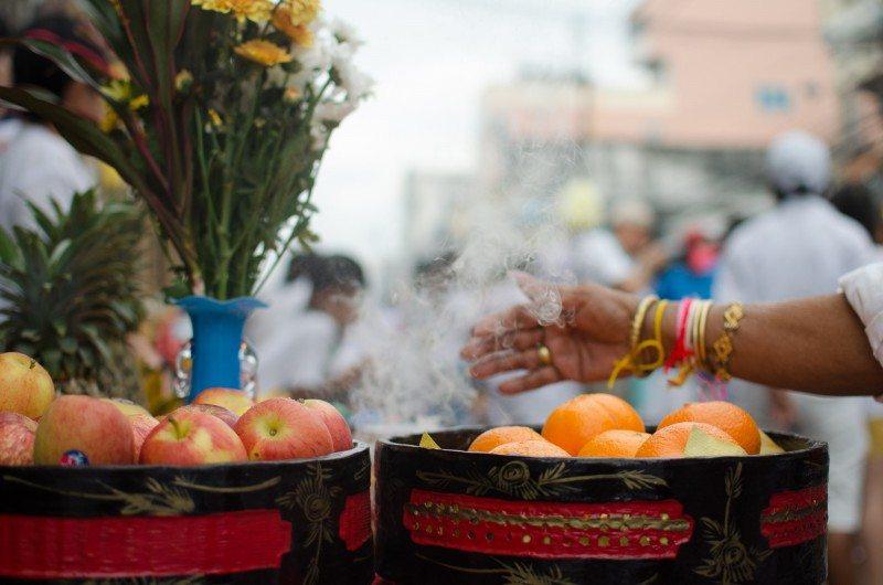 Masong e um comerciante em frente à sua loja. Frutas são o presente mais comum. Em geral o Masong leva alguma fruta e presenteia alguém que está em volta com outra.
