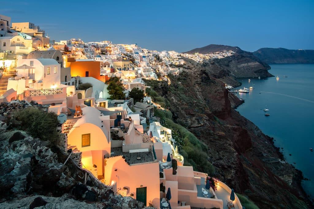 cidade de Óia em Santorini com suas casas e muros brancos
