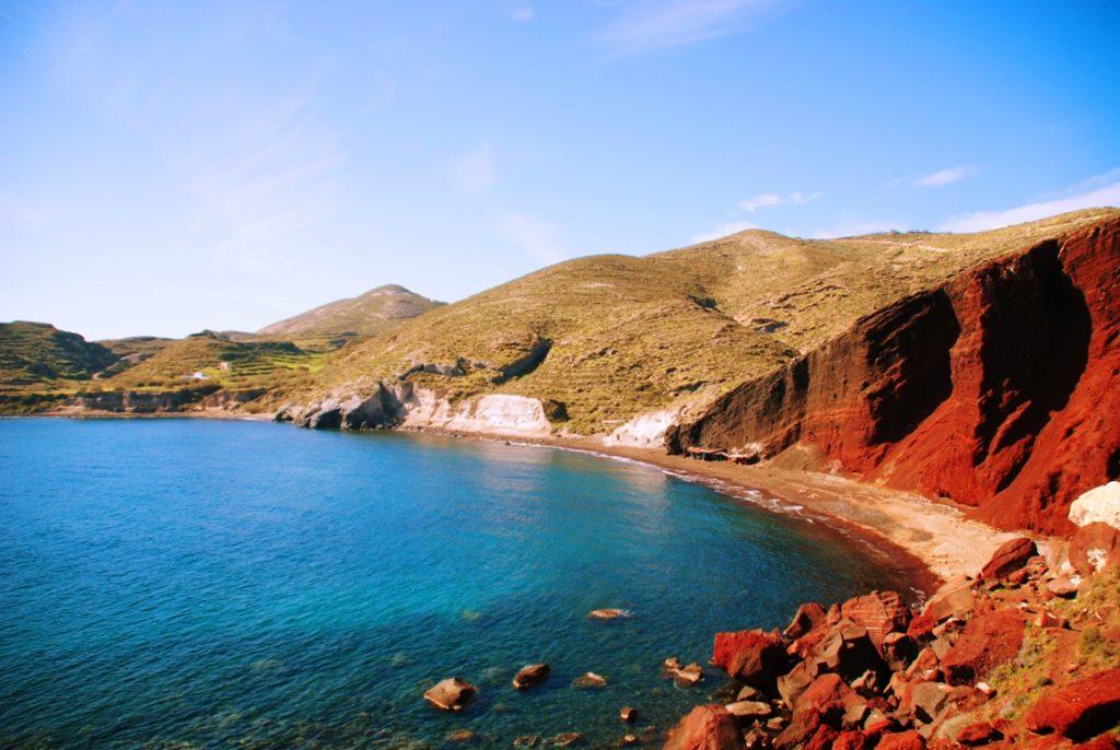 praia de areia vermelha de Santorini nas ilhas gregas