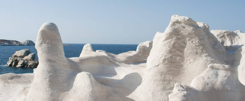 detalhes da praia de sarakiniko em milos, nas ilhas gregas