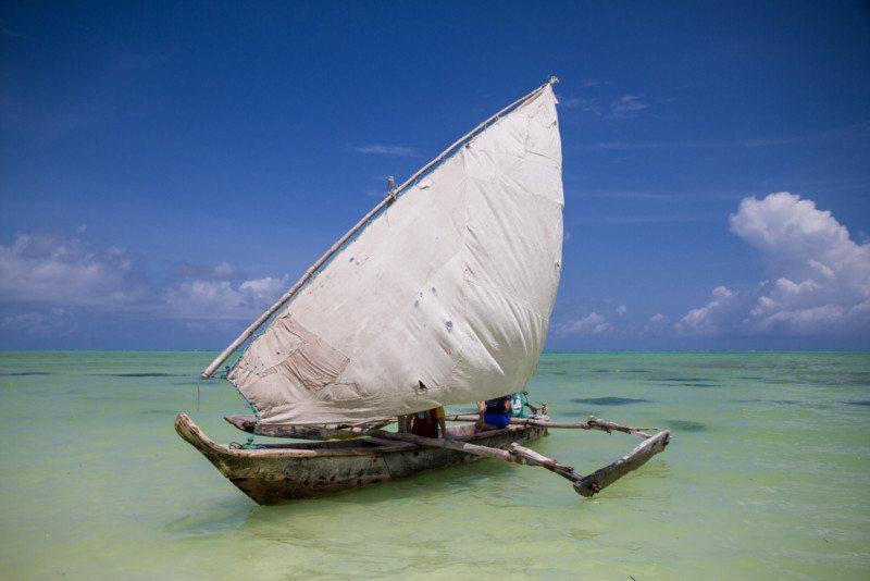 barco a vela na praia africana