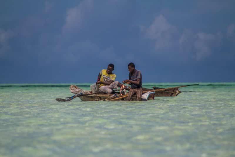 Pescadores em alto mar na África