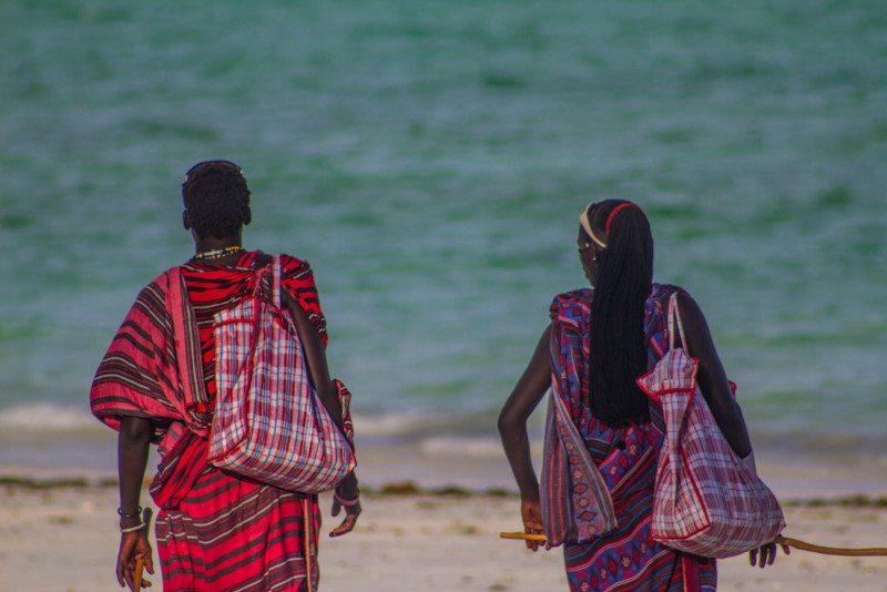 Africanos oferecendo tours aos turistas