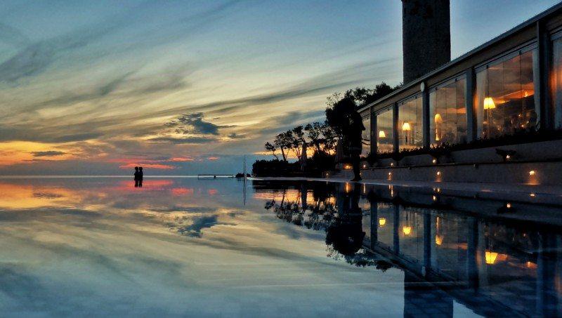 Piscina de borda infinita no Valamar Riviera Hotel, em Porec, na Croacia