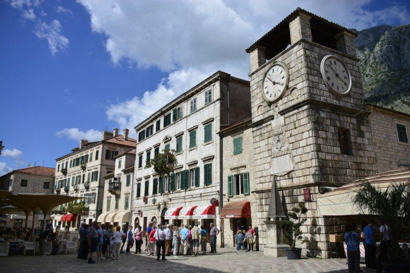A maior praça de Kotor, logo após a entrada do portão principal da cidade.