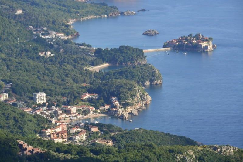 A costa de Montenegro com Sveti Stefan ao fundo.