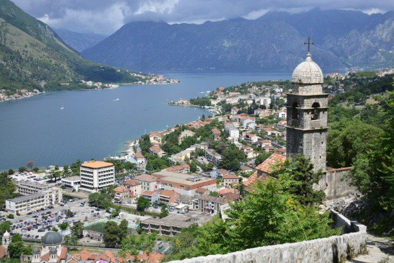 A vista mais famosa da Baia de Kotor, no meio do caminho para a fortaleza da cidade. O que fazerm em Montenegro
