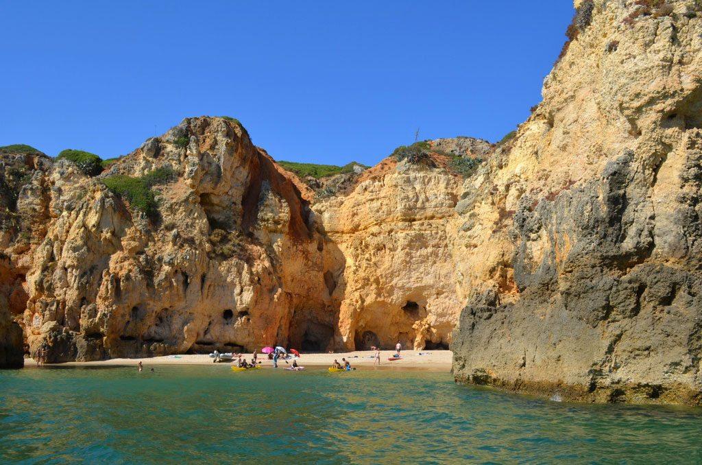 Vista de uma praia escondida entre as rochas no Algarve, em Portugal.