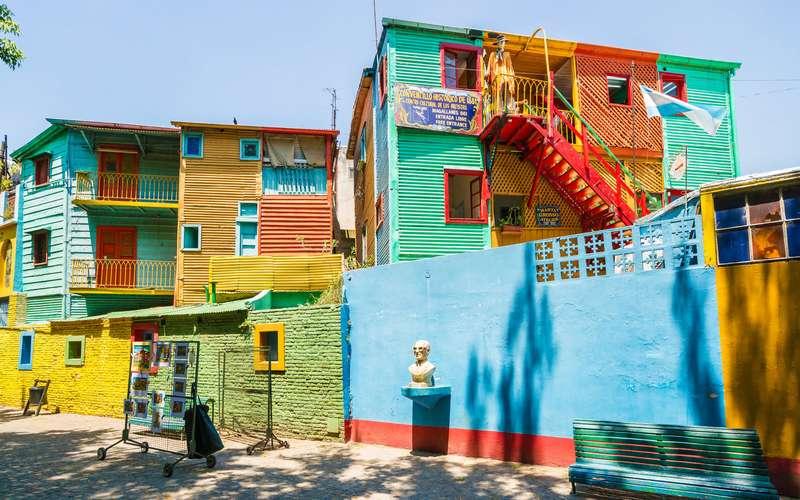 As típicas casinhas coloridas no Caminito em Buenos Aires