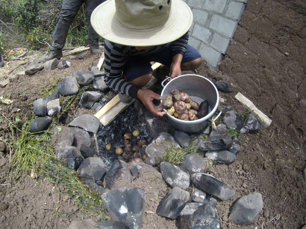 Pacca manca preparada direto na terra com pedras quentes