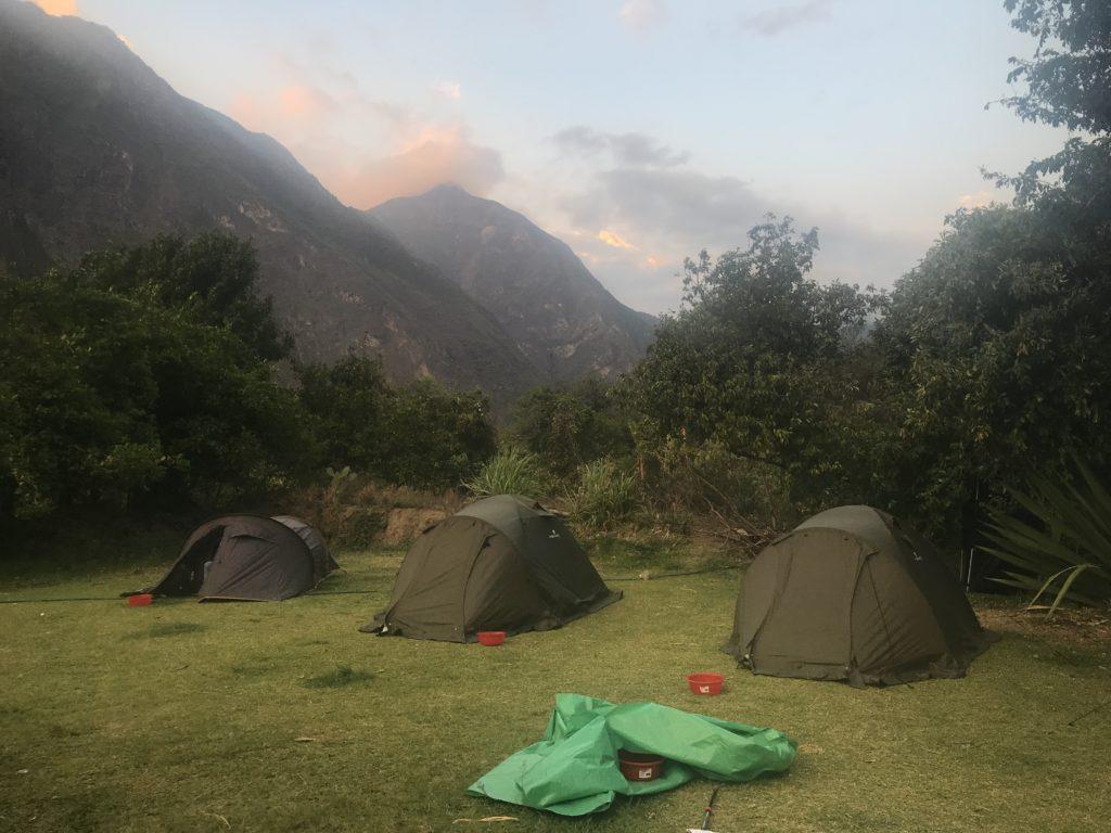 Barracas de camping individuais durante a trilha para Choquiquerao