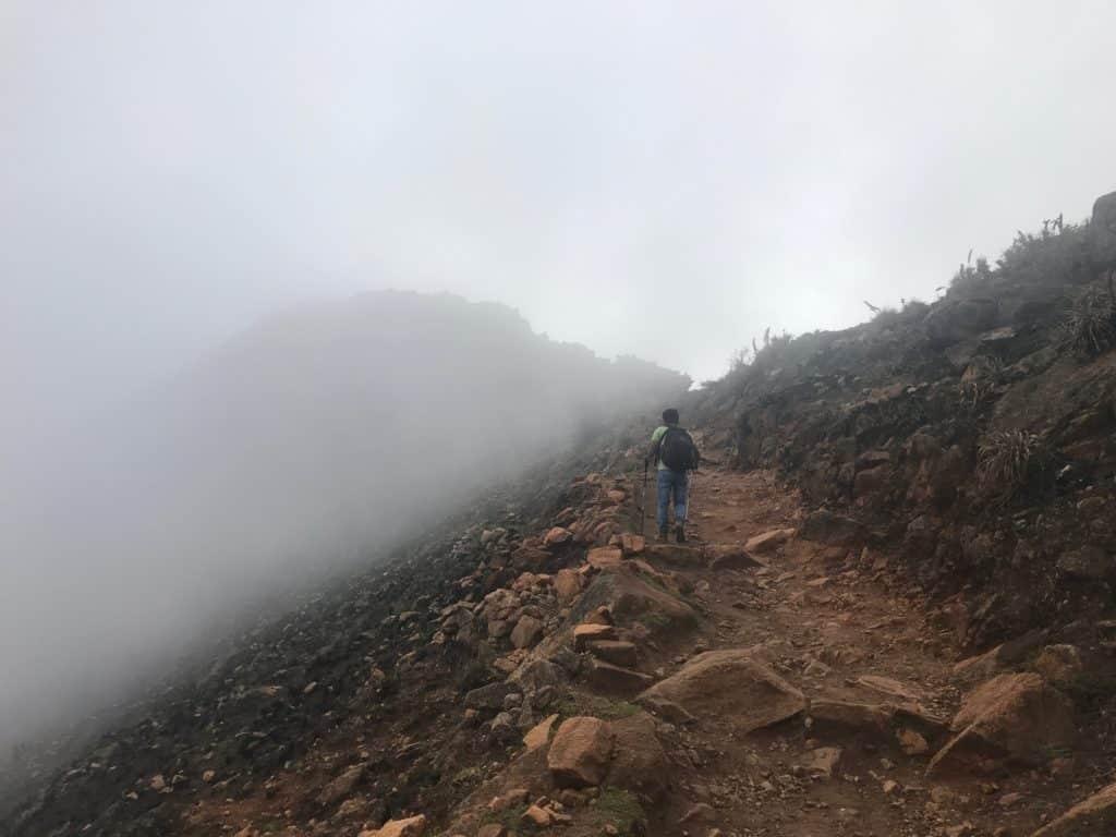 Trilha para Choquiquerao no meio das nuvens