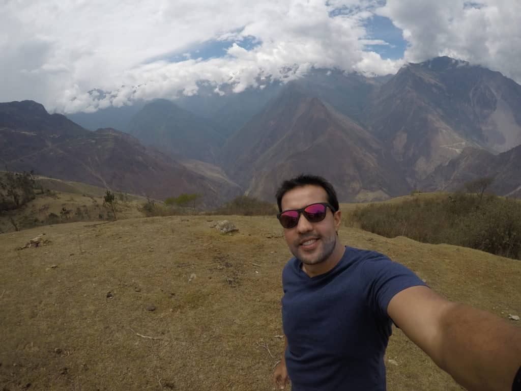 Vista das montanhas durante a trilha para Choquiquerao