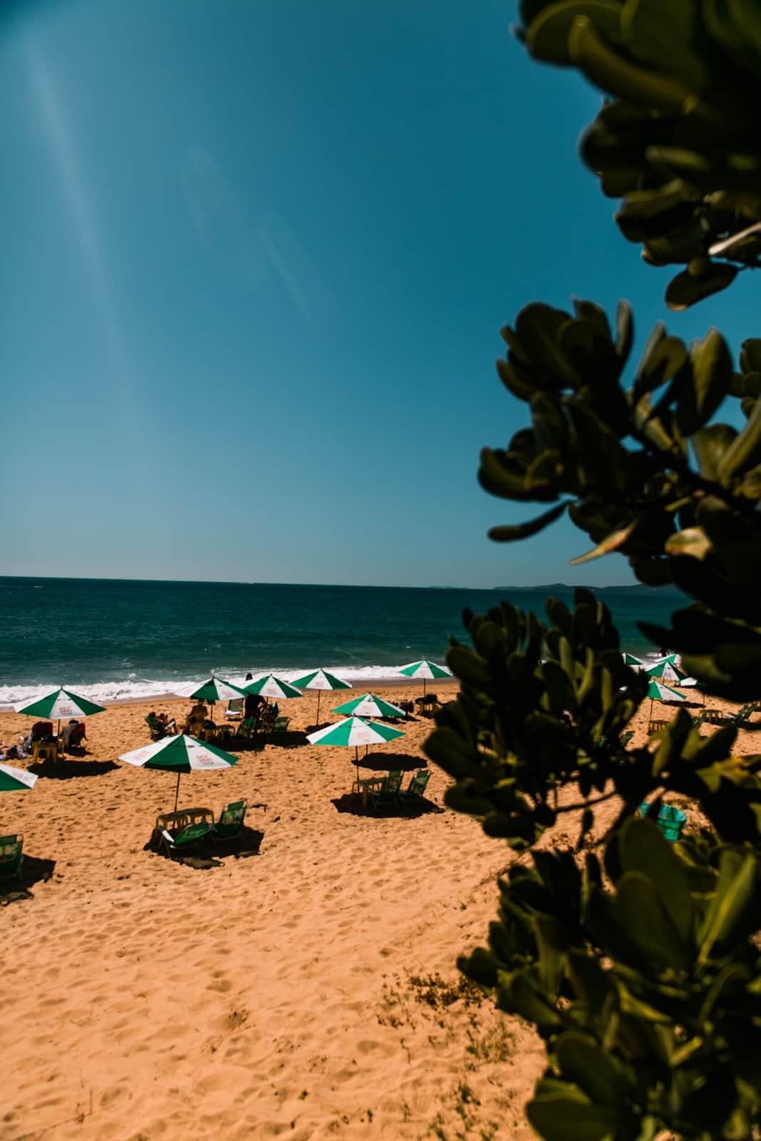 Céu azul lindo na Praia do Estaleiro Foto: Diego Imai