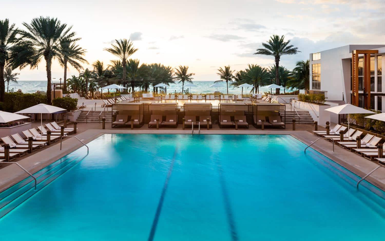 piscina com vista do Eden Roc Miami - Hoteis em Miami Beach