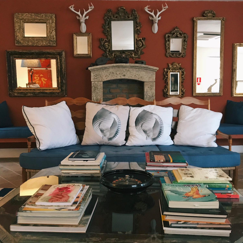 A sala de leitura e jogos. Um espaço delicio ... artigos antigos e obras de arte e design Hotel Vila da Santa