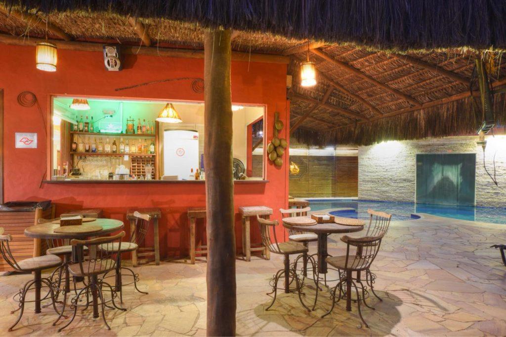 Pousada em Maresias: Área externa, restaurante, piscina e sauna ao fundo