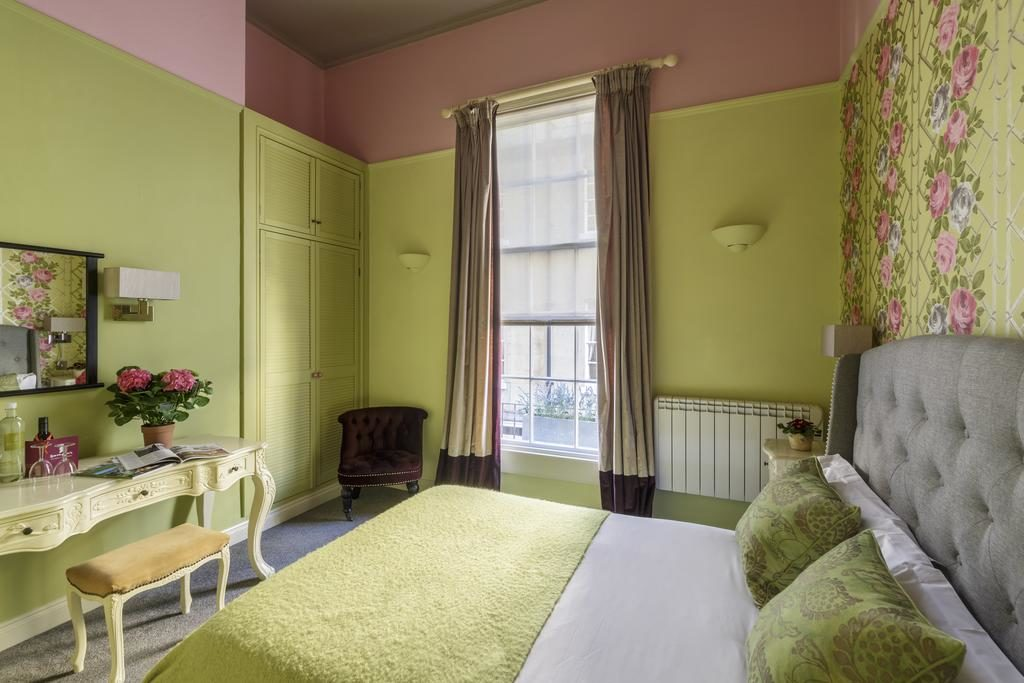 Quarto do Harington City Hotel em Bath, com decoração verde-limão e nuances rosa