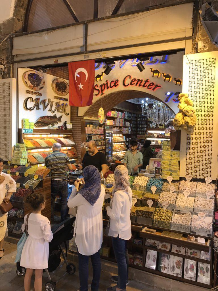 Mercado de especiarias em Istambul na Turquia