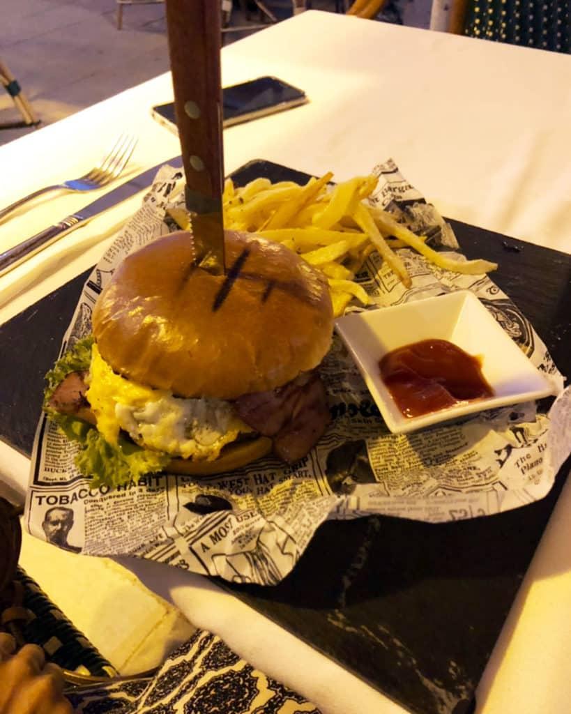 Os famosos hambúrgueres do Café Pero, em Lixouri - Kefalonia
