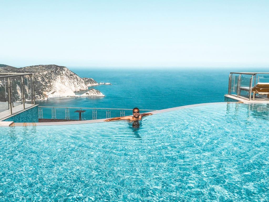 O hotel está localizado no alto da Baía de Petani, tem uma vista incrível - Onde ficar em Kafalonia