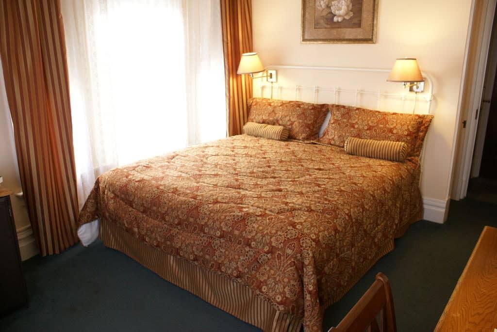 Cama de casal em quarto do Hotel Andrews, opção de onde ficar em San Francisco