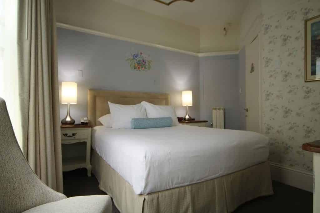 Cama de casal no Cornell Hotel de France, opção de onde ficar em San Francisco
