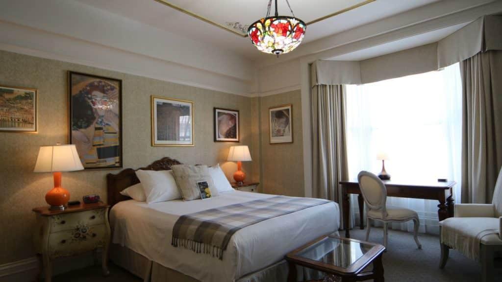 Quarto de casal no Cornell Hotel de France, com quadros nas paredes