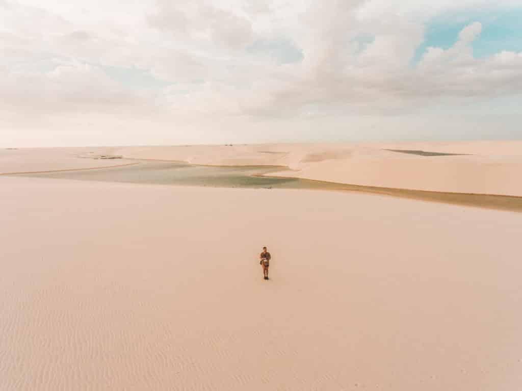 Diego Imai, do Dicas de Viagem, em foto panorâmica de drone nos Lençóis Maranhenses, onde a imensidão das dunas o deixa minúsculo no retrato