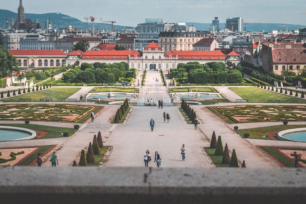 Vista do Belvedere Palace Viena Austria, com longo caminho cimentado, jardins e fontes. Foto de Daniel Plan