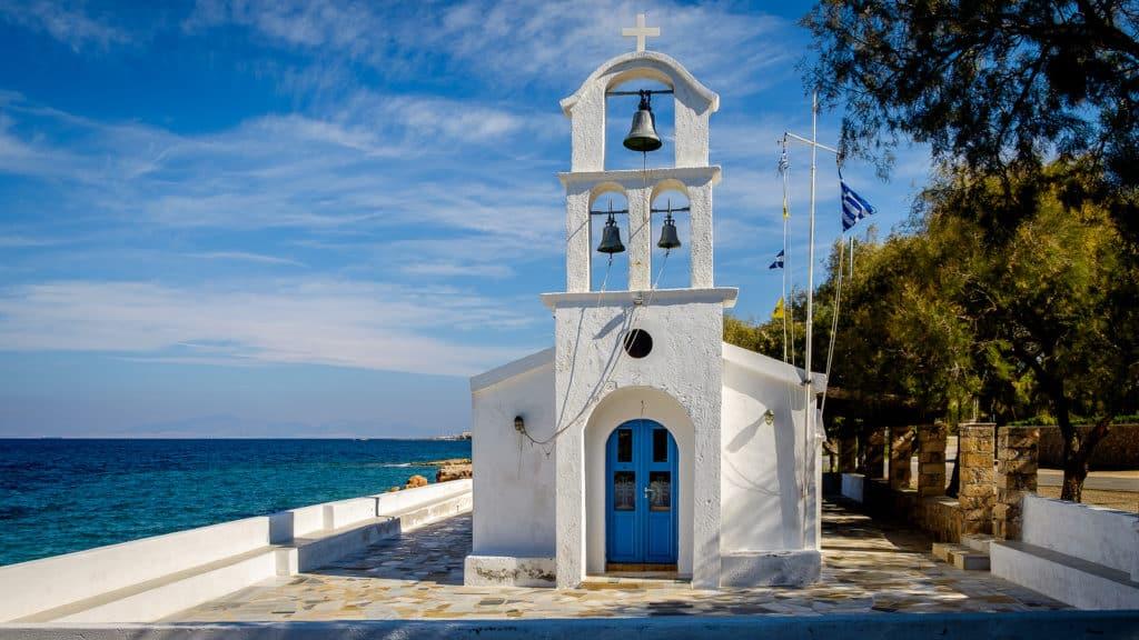 Vista da Ilha de Aegina - igreja azul e branca | Dicas de Viagem