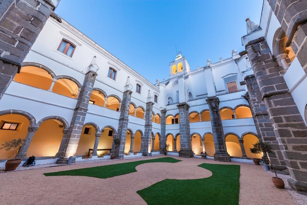 Convento do Espinheiro é uma opção incrível para um roteiro Portugal