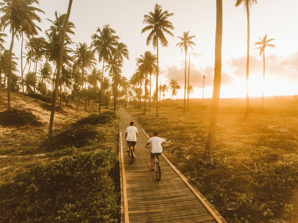 Uma dica é aproveitar o pôr do sol andando de bicicleta na Linha Verde - que liga o hotel a praia - Foto: Deigo Imai