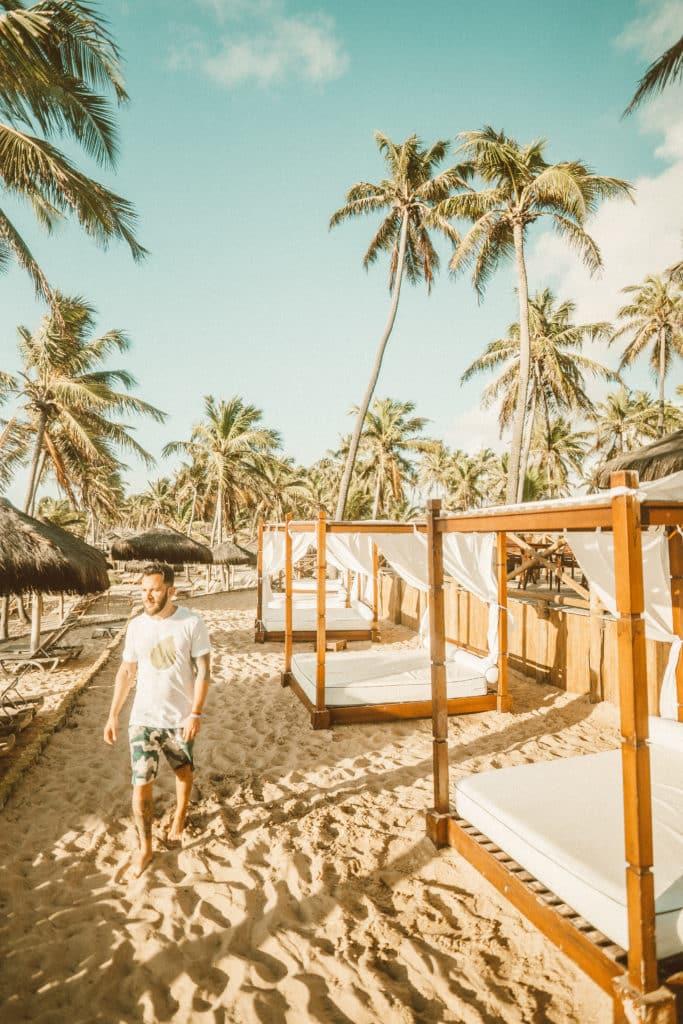 Estrutura de bangalôs na praia para curtir uma ótima tarde