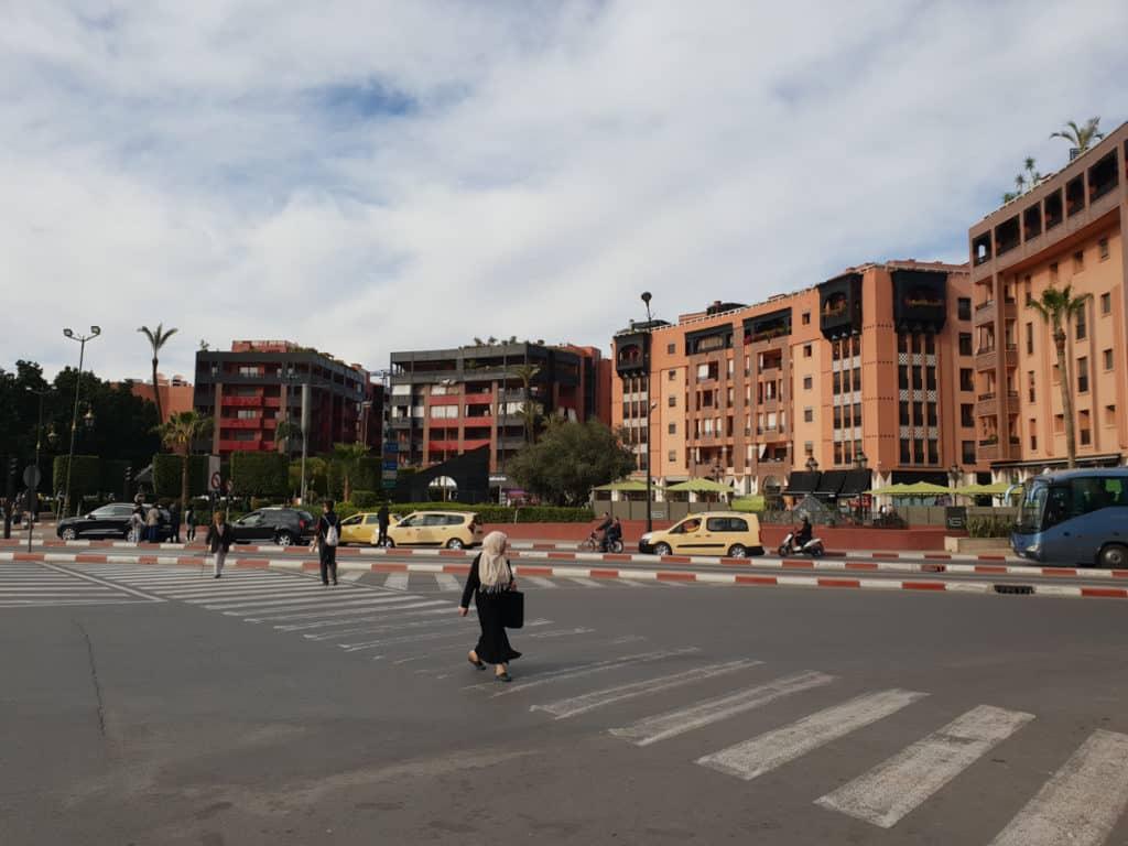 Mulher atravessando a rua na cidade de Marrakech em Marrocos