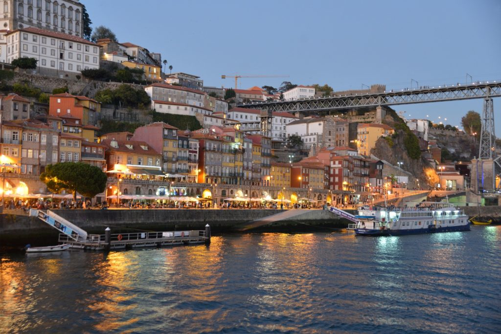 Vista do rio Douro, no Porto, com casas ao redor e barcos na água, uma ótima opção para incluir no roteiro Portugal. Imagem de Jacqueline Schmid por Pixabay