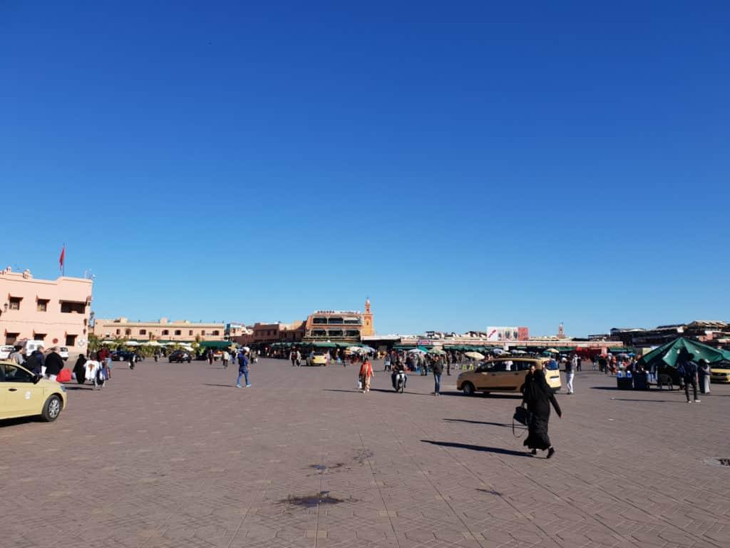 Uma das mais famosas praças de Marrocos a Jemma el-Fna durante o dia
