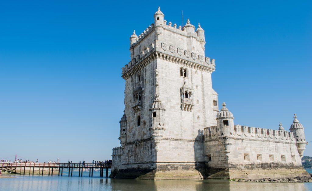 A Torre de Belém em Lisboa, um dos pontos para conhecer em um Roteiro Portugal. seguro viagem europa barato