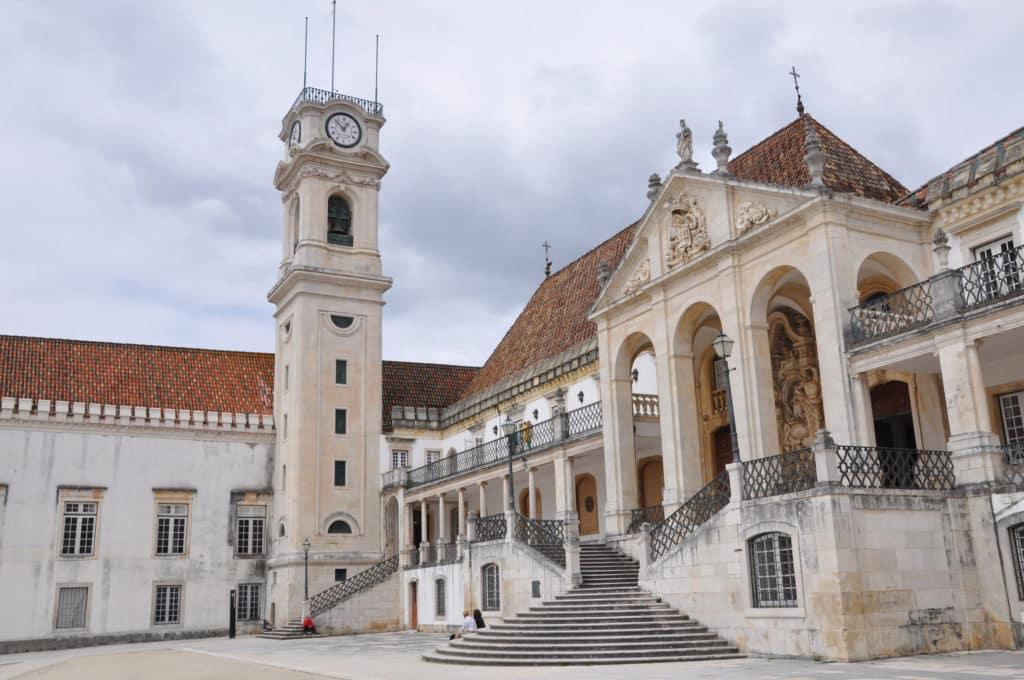 Vista da torre do relógio e escadaria da Universidade de Coimbra, em Portugal.