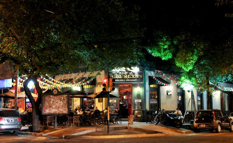 Esquina da Calle Aristides Villanueva, famosa avenida de Mendoza com bares e restaurantes. Foto de Welcome Argentina.