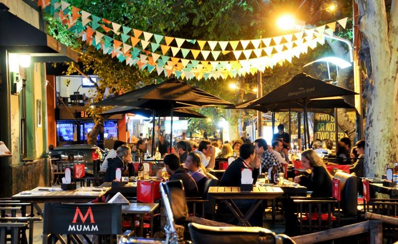 Restaurante na Calle Aristides Villanueva, ponto turístico de Mendoza que atrai diversas pessoas. Foto de Welcome Argentina.