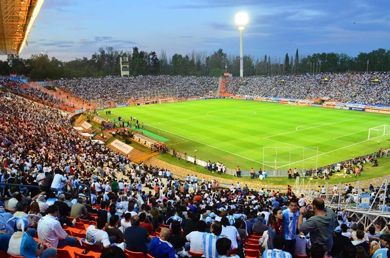 Foto do estádio Malvinas, em Mendoza, com arquibancada cheia.