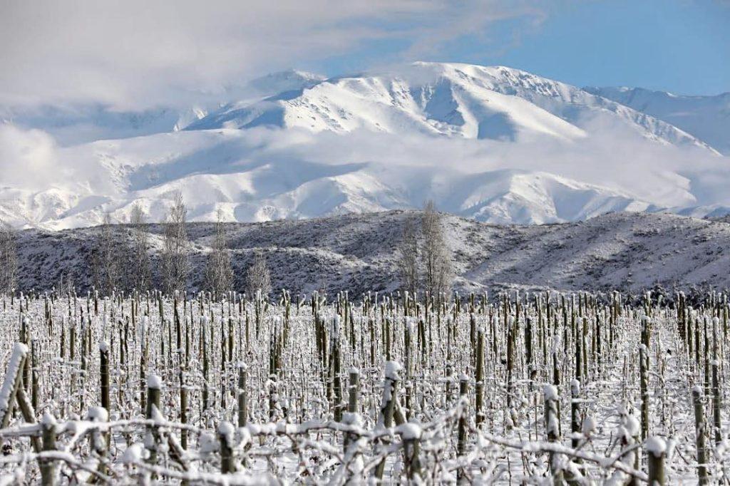 Vista da Bodega Largade no inverno, com a vinícola congelada e a montanha coberta de neve ao fundo. Foto de @lagardewine via Instagram.