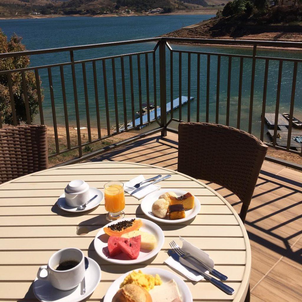 Café da manhã externo com vista para o Lago de Furnas na Pousada Mar de Minas