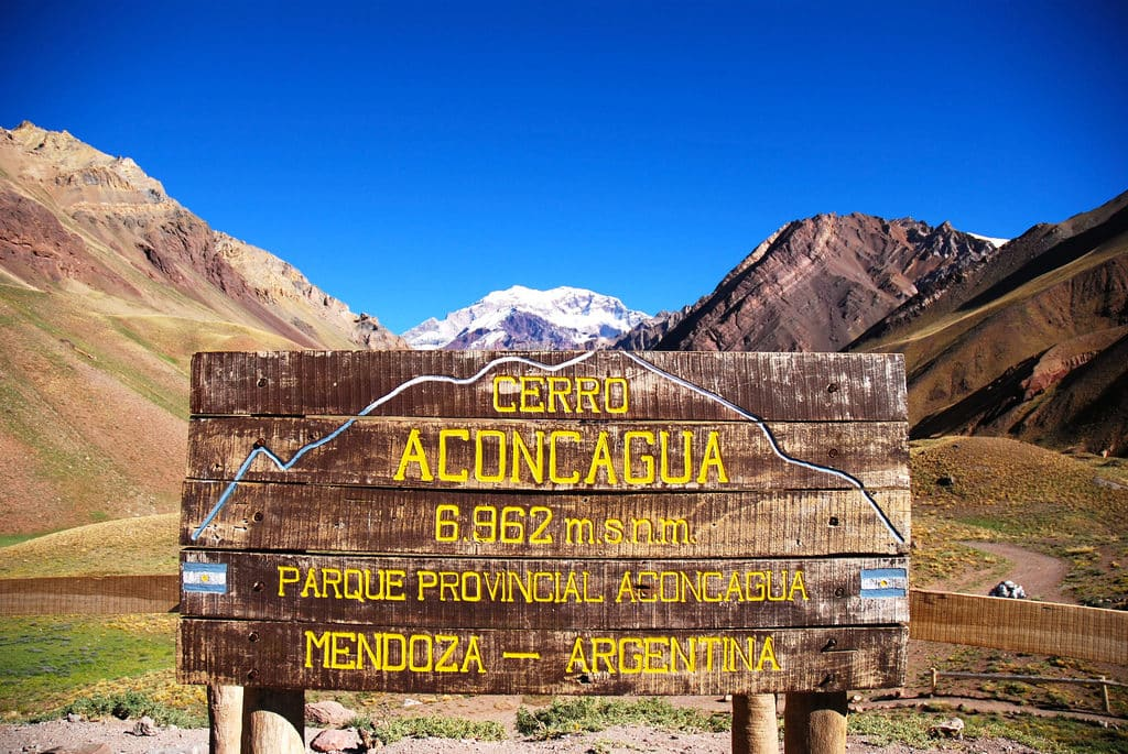 Placa indicando a altura do pico do Aconcágua. Foto de Koen van Nijnatten via Flickr.