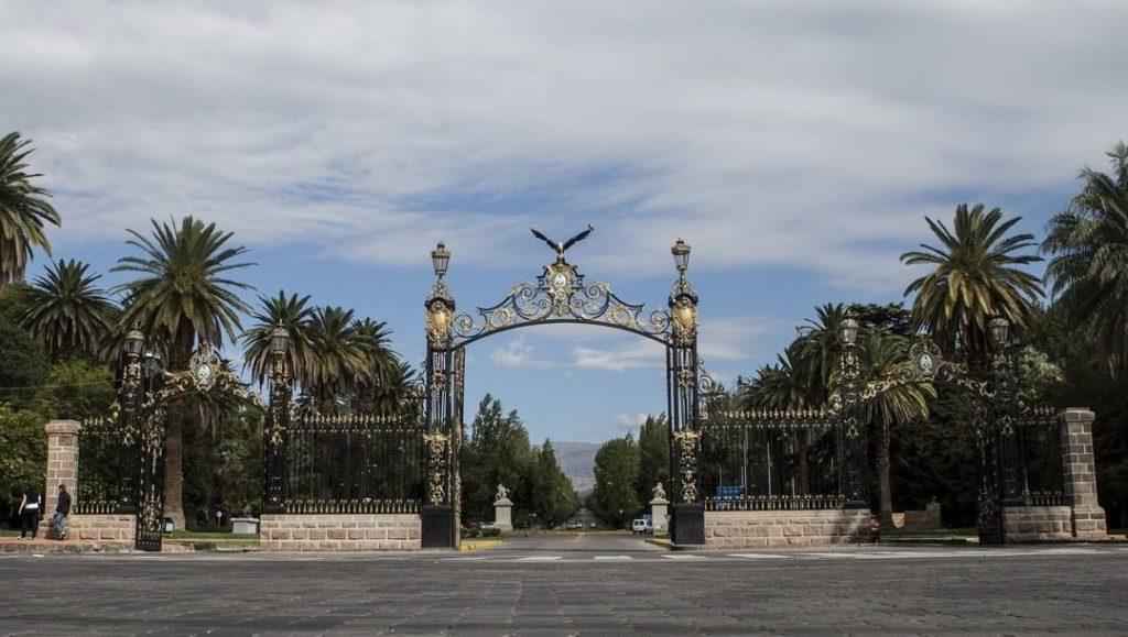 Vista do portão do Parque General San Martín, em Mendoza. Foto de @mendozaciudad via Instagram.