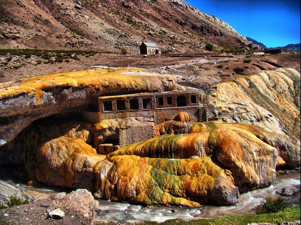 Vista da Puente del Inca e suas pedras em tom alaranjado. Foto de Pablo Palmeiro via Flickr.