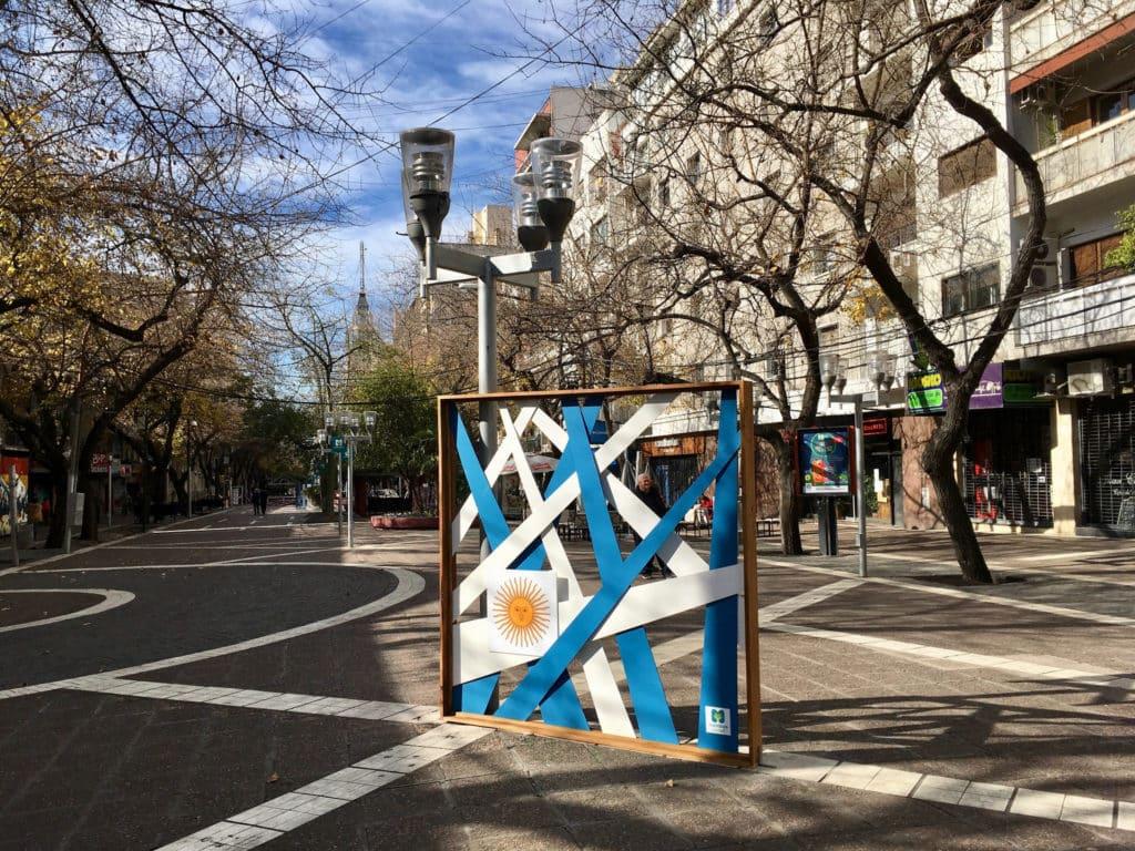 Monumento em forma de placa que remete à bandeira da Argentina, em Mendoza. Foto de Diego A via Flickr.